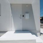 人気の玄関ドアの色や柄を紹介
